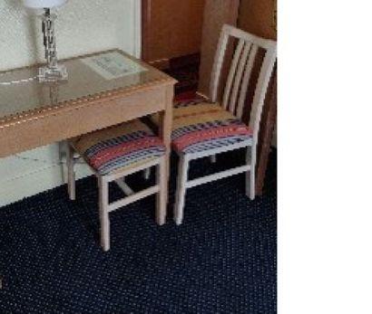 Quatre chaises en bois cérusé, assise à motif...