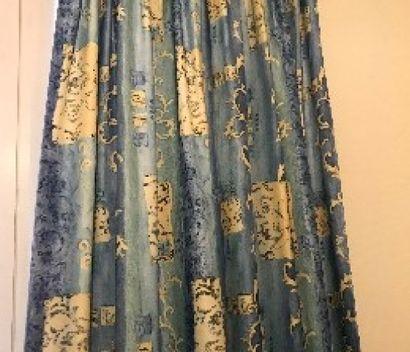 Paire de rideaux en toile enduite à décor...