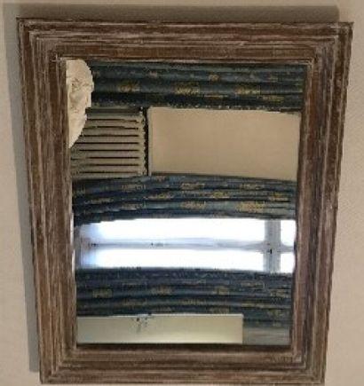 Miroir en bois cérusé et mouluré.  80 x 100...