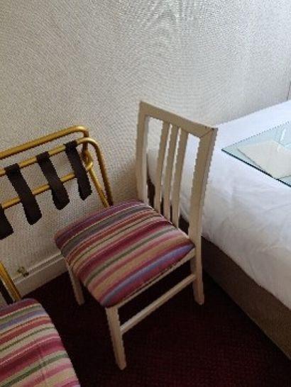 Quatre chaises laquées blanc, assise à motif...
