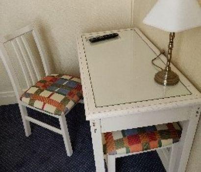 Lot de six tables laquées blanc, pieds droits,...