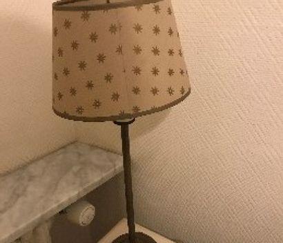 Paire de lampes en métal patiné, base tripode...
