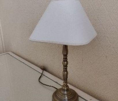 Trois lampes en métal patiné  H.: 29 cm....