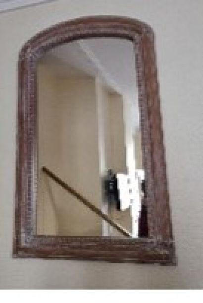 Miroir cintré en bois à décor de perles....