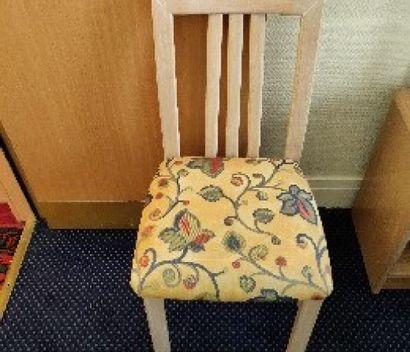 Chaise en bois cérusé, assise à motif de...