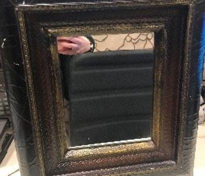 Petit miroir en bois teinté noir et légèrement doré.  43 x 39 cm.