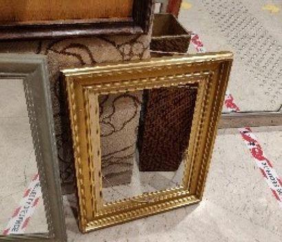 Miroir ovale en bois cérusé à décor de branchages en métal  Diam.: 75 cm; L.:...
