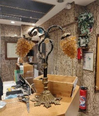 Lampe en fonte patiné et doré, deux lumières à décor de grappe de raisin, style...