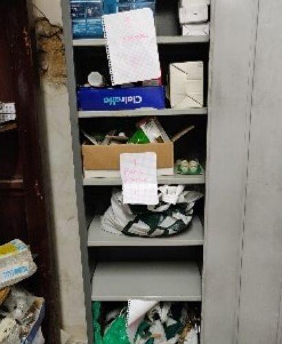 Dans un placard: lot de butoirs de porte...