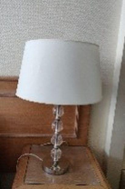 Trois lampes Ashley en métal chromé orné...