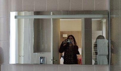 Miroir de salle de bain avec heure.  H.:...