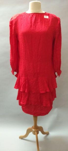 Robe rouge à pois resserrée à la taille,...