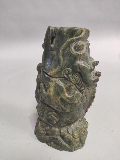 CHINE : Sculpture en jade vert nuancé formant...