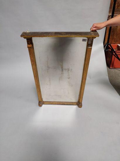 Glace rectangulaire en bois et stuc doré,...