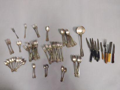 Parties de ménagères en métal argenté comprenant 15 grands couverts, 19 fourchettes...