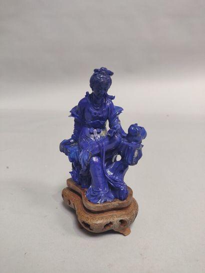 CHINE : Statuette en sodalite représentant...
