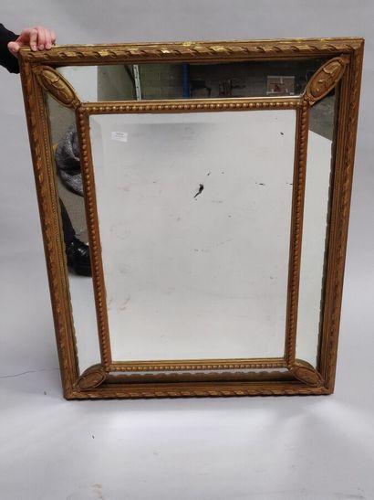 Grand miroir à parecloses en pâte dorée....