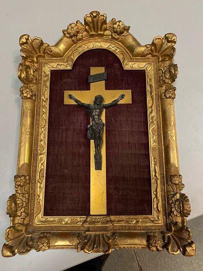 Crucifix, le Christ en bronze argenté.  Encadrement...