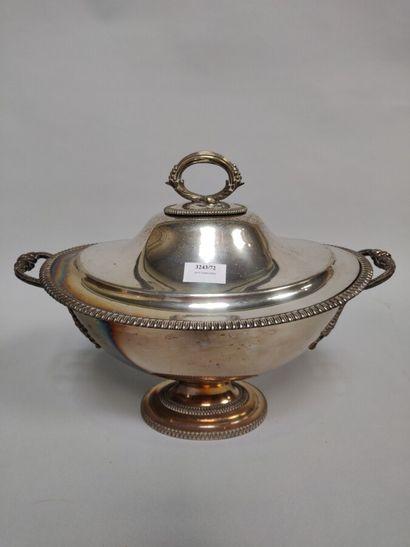Soupière en métal argenté à décor de godrons....
