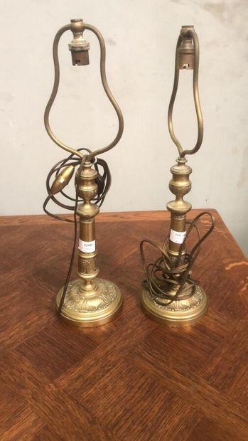 Paire de lampes en cuivre à décor feuillagé....