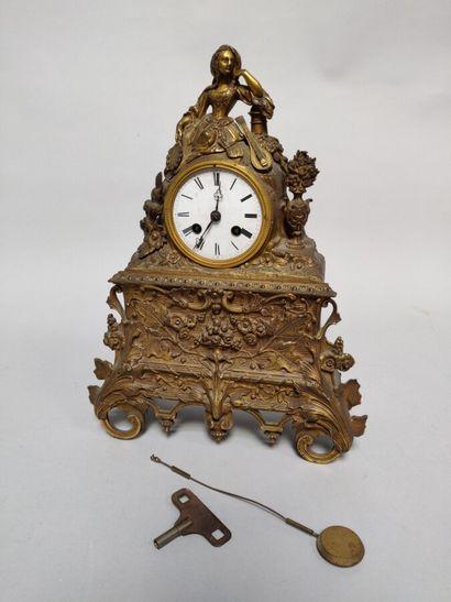 Pendule en métal doré, à décor d'une jeune...