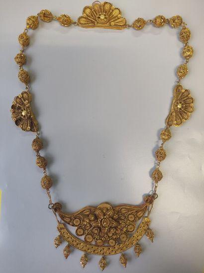 Collier en or jaune filigrané à décor de...