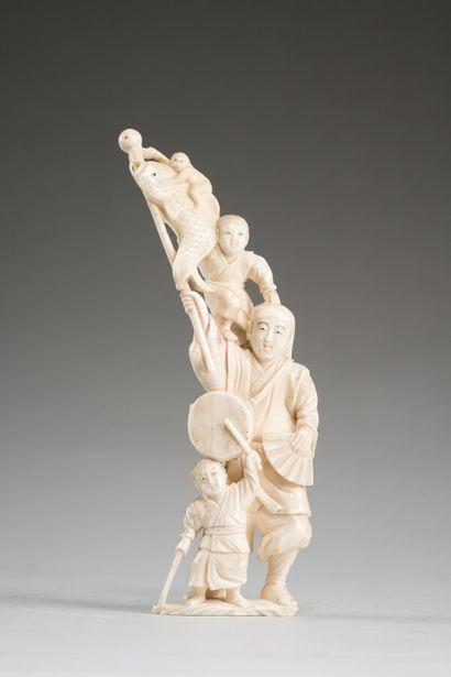 Okimono en ivoire sculpté.  Japon, circa...