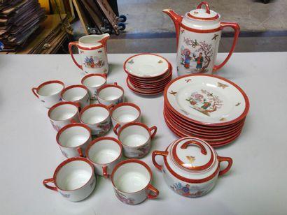 JAPON: Service à thé en porcelaine, décor de personnages.  Comprenant: assiettes,...