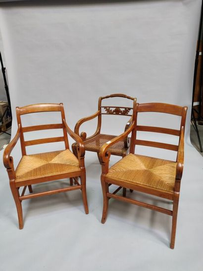 Fauteuil canné à crosses et paire de fauteuils...