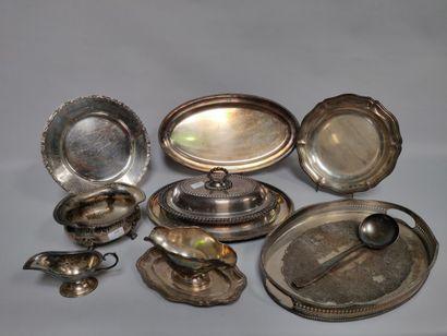 Fort lot de métal argenté dont deux plats ovales, deux plats ronds, un plateau de...