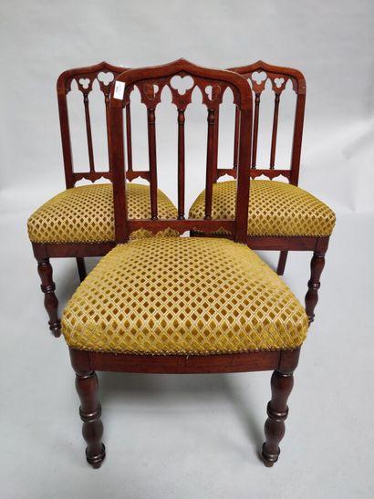Suite de 3 chaises en acajou.  Style néo-gothique....