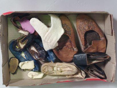 Lot de chaussures et chaussons de poupée...