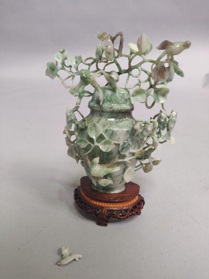 CHINE : Vase balustre couvert en jadéite...