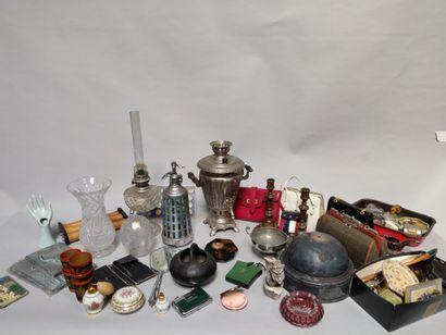 Fort lot de bibelots divers, sacs à main, gobelets russes, lampe à huile etc.