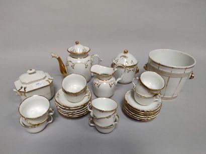 Un service à thé en porcelaine blanche et...