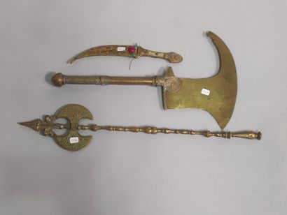 Lot de trois armes en métal doré.