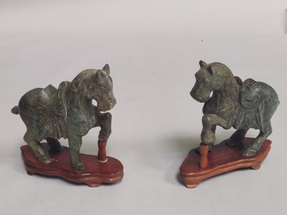 CHINE : Paire de chevaux en pierre verte...