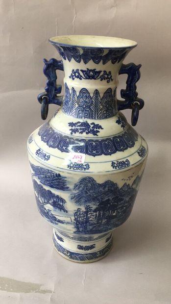 Vase en porcelaine de Chine à décor en camaieu...