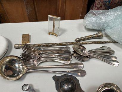 Lot en métal argenté comprenant couverts, timbales, couverts de service, passe-thé....