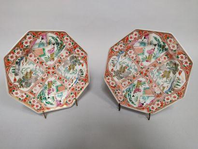 CHINE: Deux assiettes octogonales à décor...