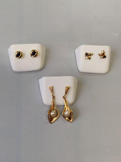 Trois paires de boucles d'oreilles en or...
