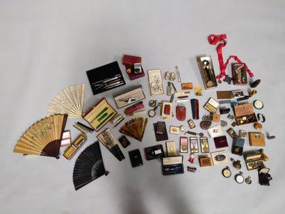 Lot comprenant éventails, carnets de bal Napoléon III, boîtes, briquets, montres...