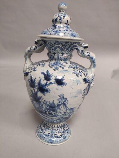 Vase balustre et son couvercle en faïence...