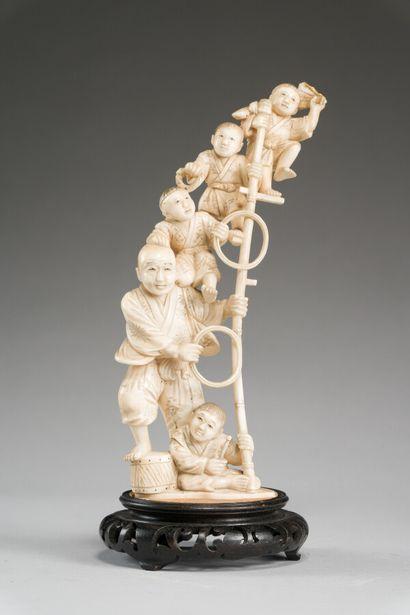 Okimono en ivoire sculpté à décor d'acrobates....