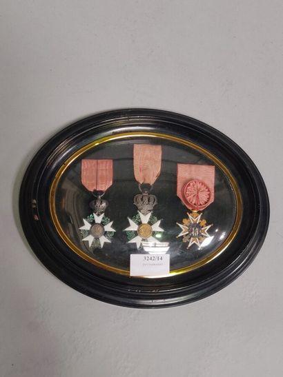 3 décorations dans un cadre ovale.  XIXe...