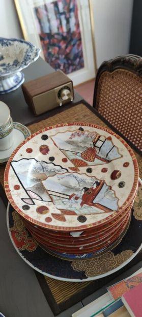 SATSUMA, suite de onze assiettes à dessert en porcelaine à décor de personnages,...