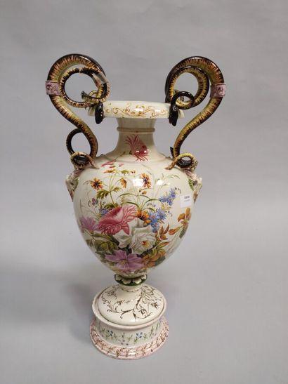 Grand vase à enroulement en faïence, à décor...