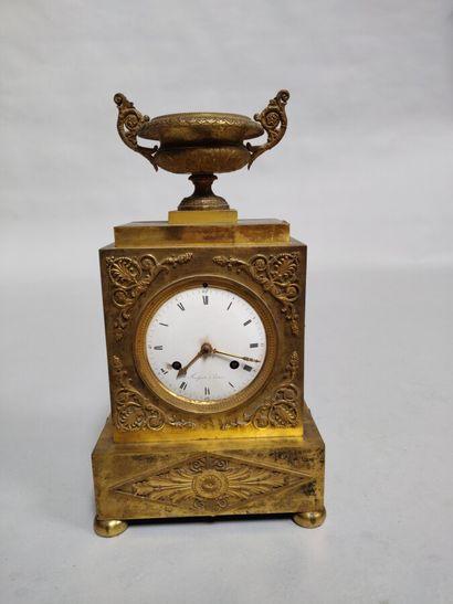 Pendule borne en bronze doré ornée d'un vase...