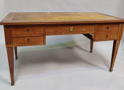Grand bureau en bois fruitier, pieds gaine,...