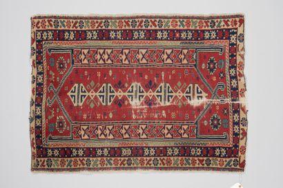 256. Petit tapis à motif géométrique, fond...